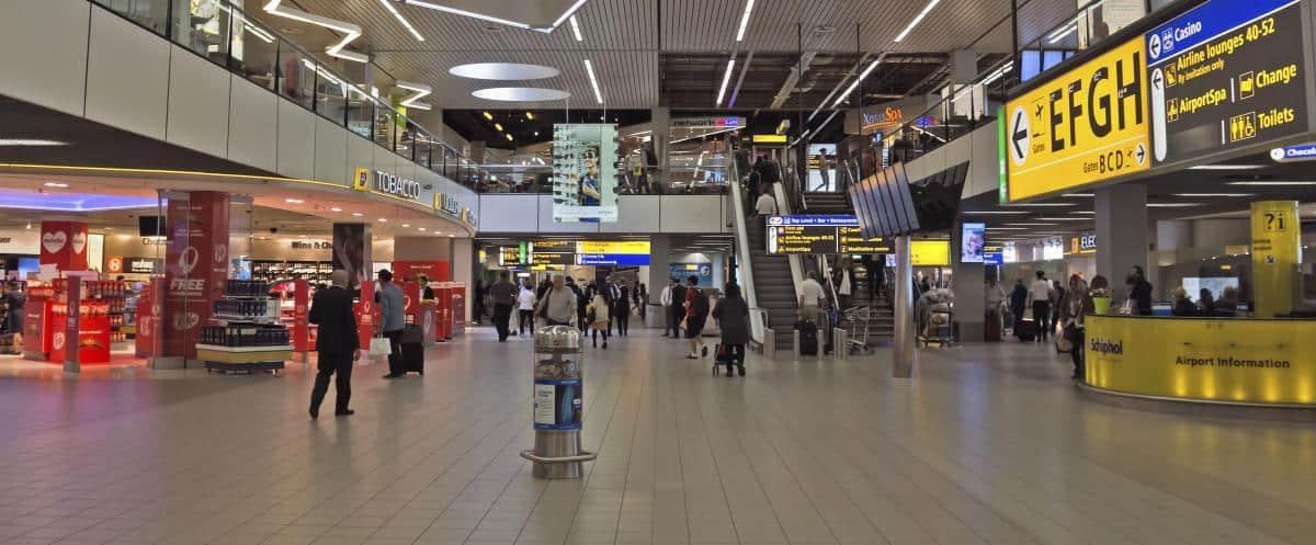 Пассажиры в терминале