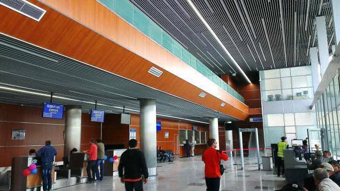 В холле аэропорта